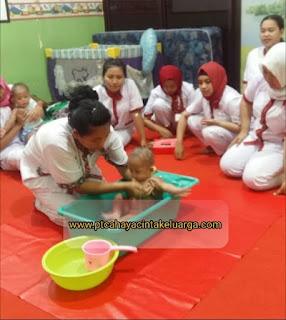 dokumentasi foto pendidikan pelatihan baby sitter suster pengasuh perawat anak bayi balita nanny di lpk cinta keluarga