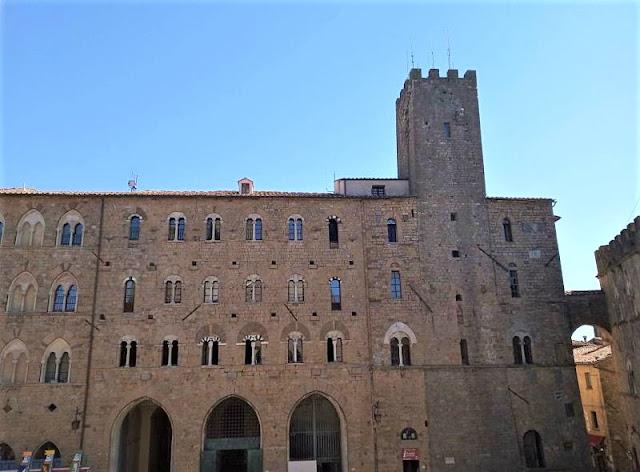facciata del palazzo pretorio a volterra