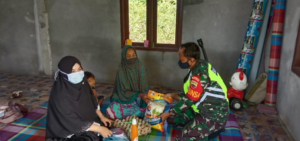 Berbagi di Bulan Ramadhan, Babinsa Kurnia Irwan bersama Istri, Lakukan Komsos Bersama Warga Pian Padang