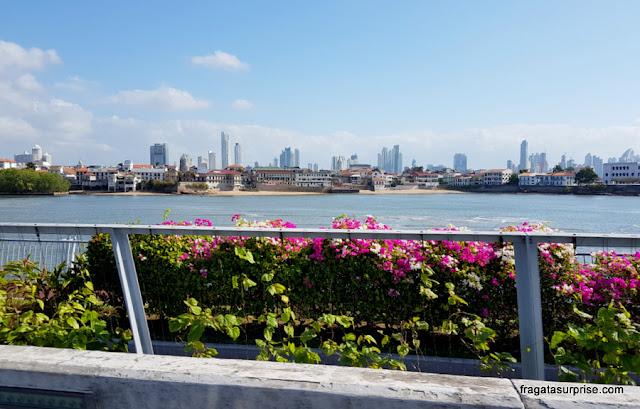 O casco Viejo do Panamá visto da Cinta Costera, avenida construída sobre o mar
