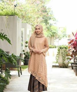 3. Model kebaya brokat modern hijab warna kuning langsat