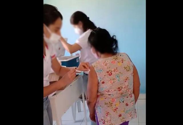 Vídeo flagra funcionária da Saúde injetando agulha sem aplicar vacina em idosa; servidora foi afastada