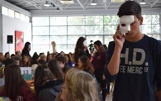 Παιδί με μάσκα στο μισό πρόσωπο