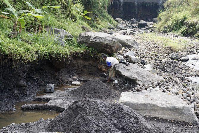 Mengambil pasir di aliran sungai