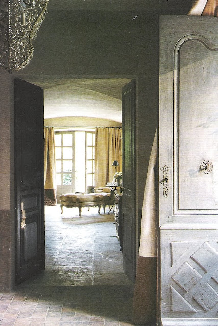 Entry and view to lounge, image via Maisons Côté Sud, edited by lb for linenandlavender.net