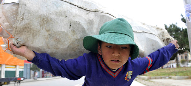 Un niño carga botellas de plástico en La Paz, BoliviaILO/Marcel Crozet