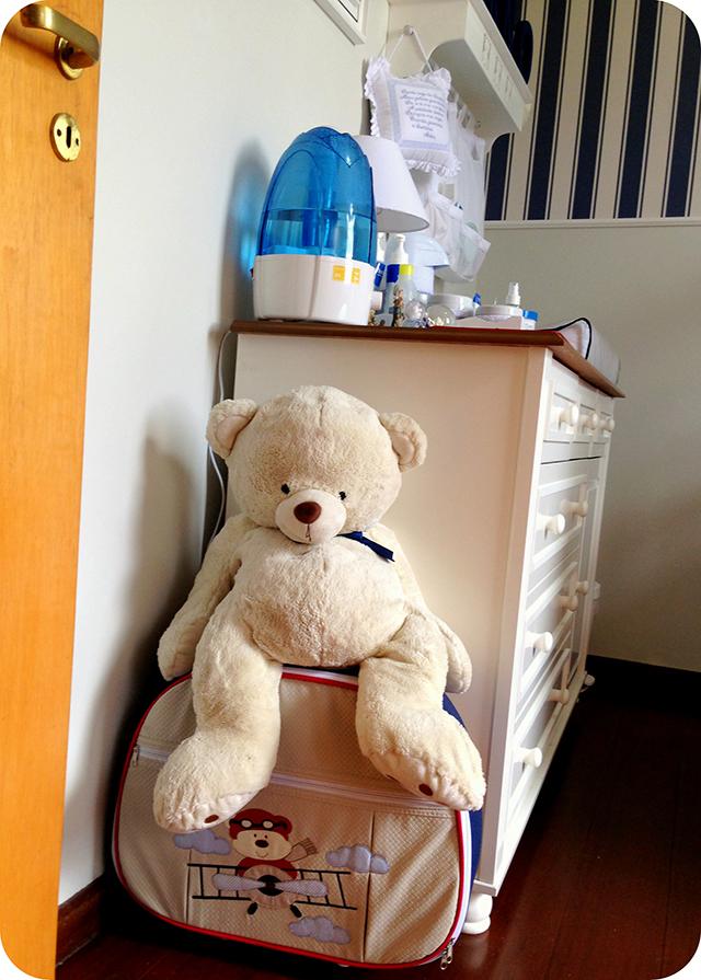 Urso e Mala de Viagem - Quarto de Bebê Azul e Branco com Ursinhos