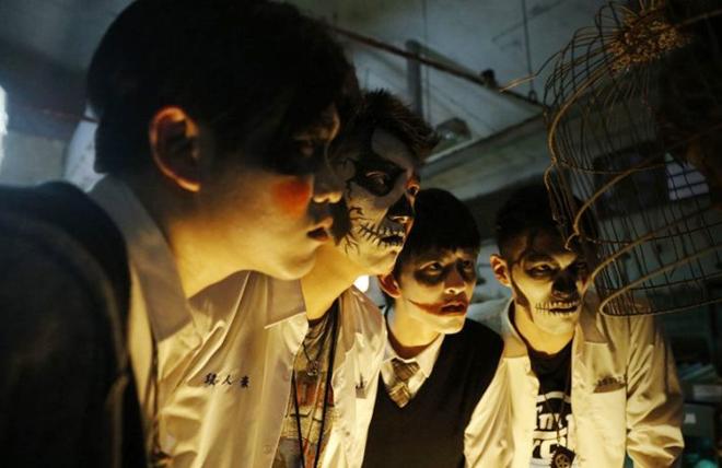jóvenes asiáticos torturando