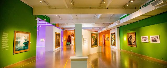 interior de um museo com quadros nas paredes
