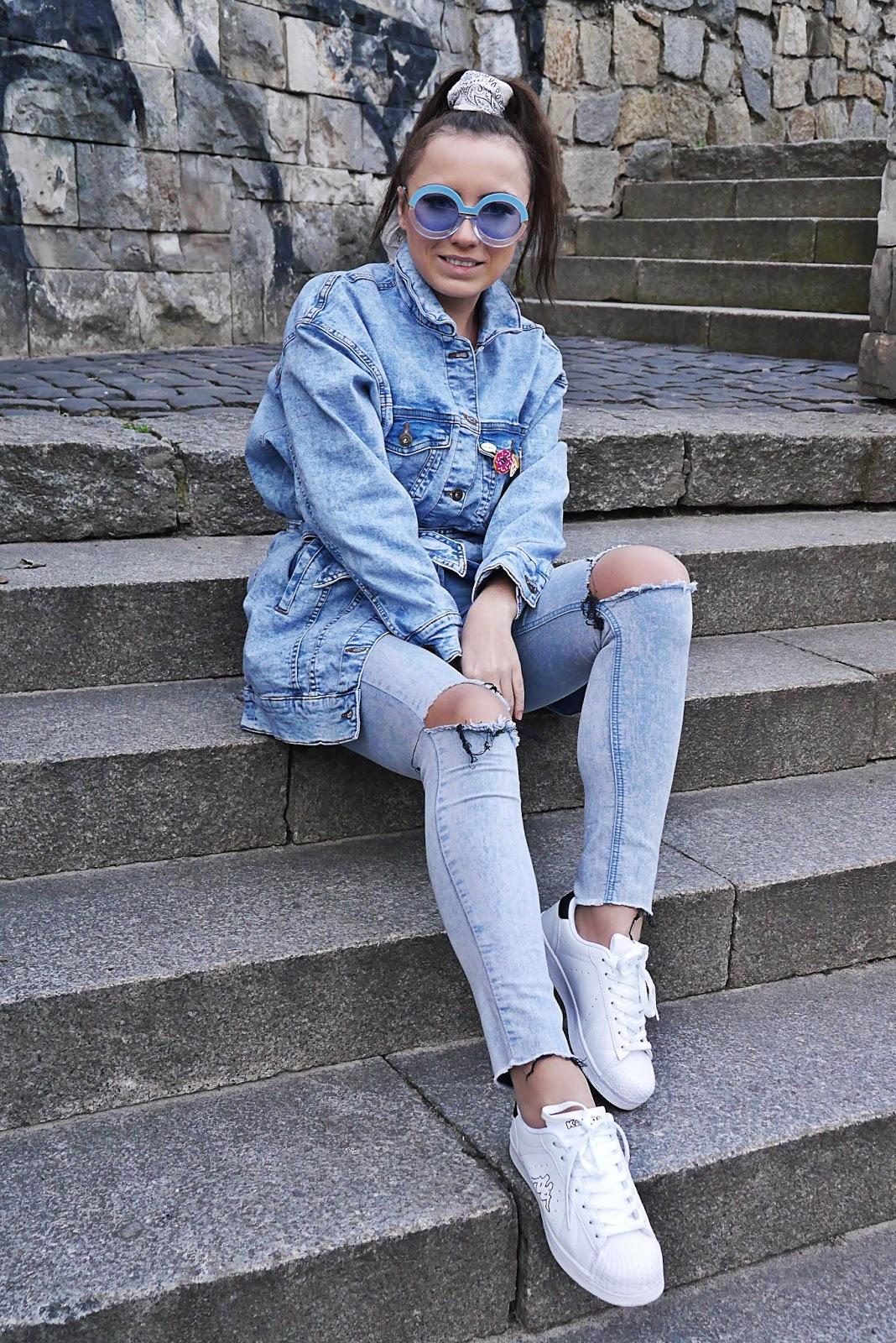 blog modowy blogerka modowa karyn puławy kurtka jeansowa z paskiem bonprix zawieszki buty kappa białe sportowe porwane spodnie stylizacja wiosenna look okulary przeciwsloneczne niebieskie