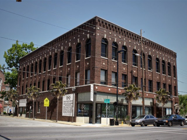 A large building in woodlawn downtown