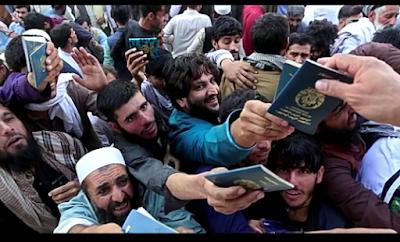 افغان يحاولون الحصول على تأشيرة