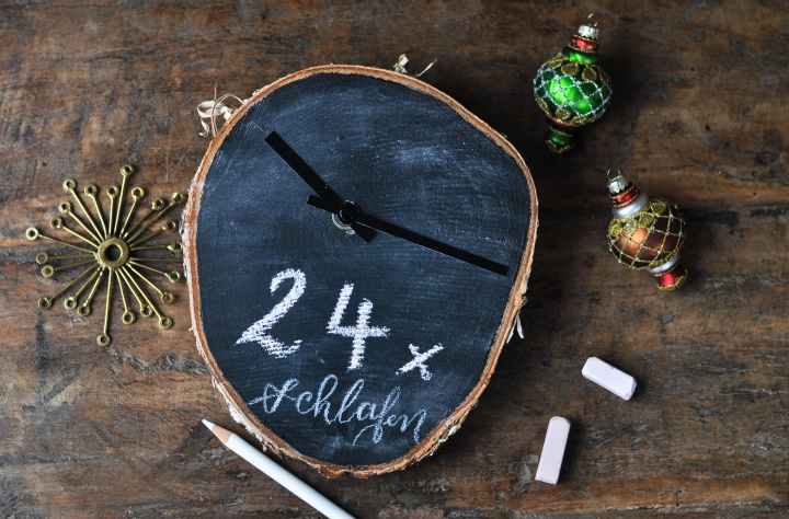 easy DIY Christmas Countdown Clock made of wood trunk and chalkboard paint
