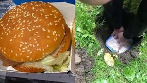 Viral Seorang Pria Nekat Makan Burger yang Sudah Setahun Dikubur