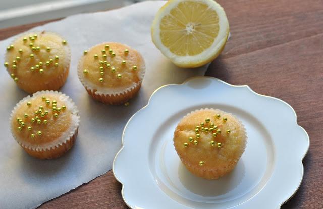 Zitronenkuchenmuffins mit Zuckerguss und Zuckerperlen