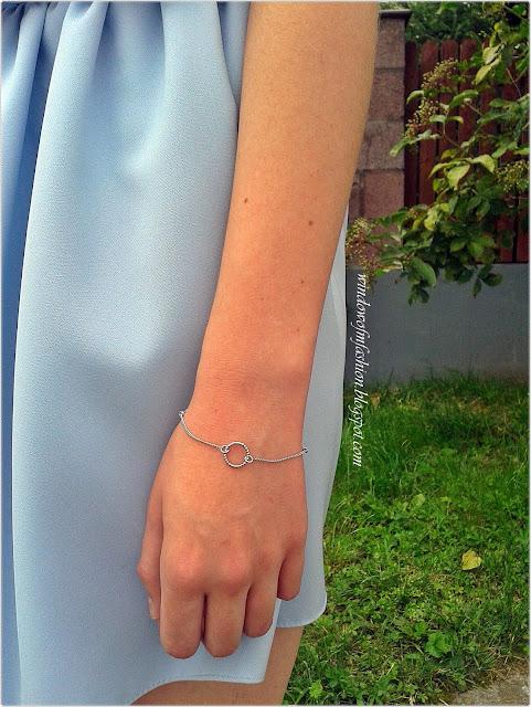Bransoletka z symbolem karmy, krótka spódnica