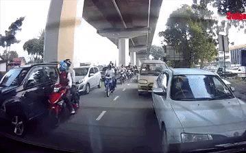 """2 tên cướp đập vỡ cửa kính ô tô, giật túi xách ngay giữa đường, tất cả gần như """"đứng hình"""""""