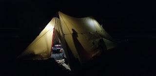 サンドビーチに佇むテントのシルエット