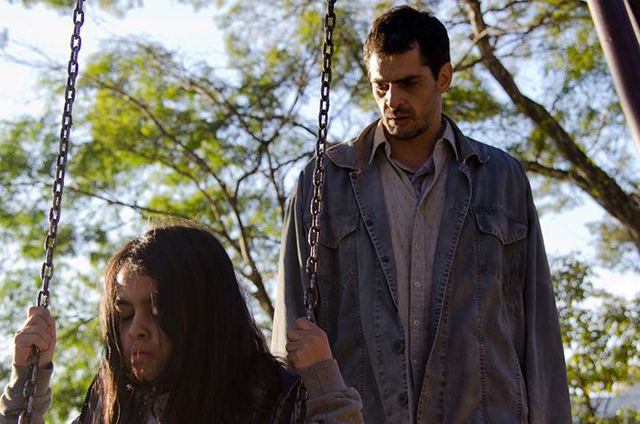 A Sombra do Pai: diretora de O Animal Cordial traz horror e drama em filme repleto de deslocamentos sobre a relação entre uma menina e seu pai | Cinema