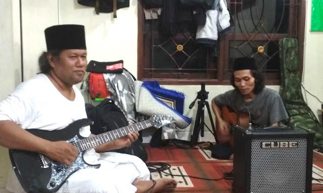 bermain gitar apakah haram | gus muwafiq saja bermain gitar