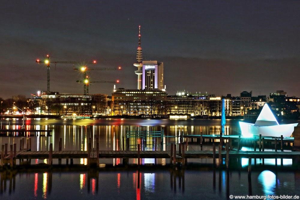 Aussenalster bei Nacht mit Fernsehturm und Radisson Blu Hotel Hamburg