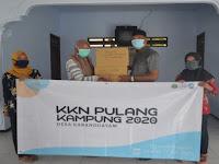 Siap Hadapi New Normal, Mahasiswa KKN UM Bagikan 1000 Masker Ke Warga Desa