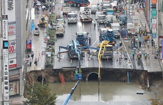 El agujero en la calle en Japón, se volvió a abrir