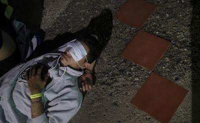 Seorang pria, mengenakan topeng untuk menutupi matanya, tidur saat dia menunggu di jalan untuk pergi ke Taman Nasional Morrocoy selama perjalanan 'Sehari Penuh' dari Maracay, Venezuela, Sabtu, 26 Juni 2021. Paket perjalanan 'Sehari Penuh' termasuk transportasi, makanan, dan permainan rekreasi, yang telah menjadi populer selama tindakan karantina fleksibel terkait pandemi, yang memungkinkan bisnis tertentu beroperasi untuk jangka waktu terbatas. AP