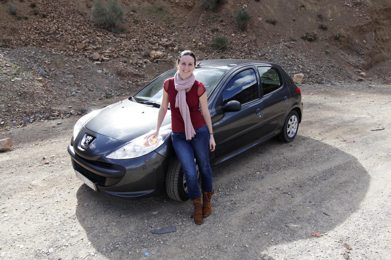 Lena delante de nuestro coche de alquiler