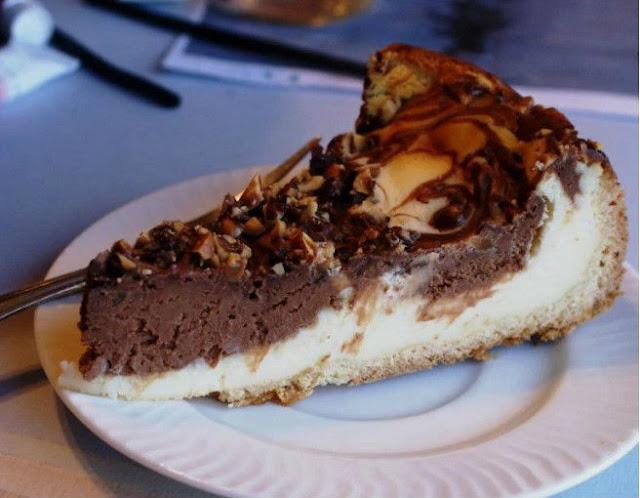 Шоколадный чизкейк с лесными орехами