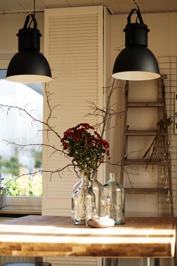 Blog + Fotografie by it's me! - dunkelrote Chrysanthemen - Esstisch aus Eiche, Lampen im Industrielook, weiße Fensterläden