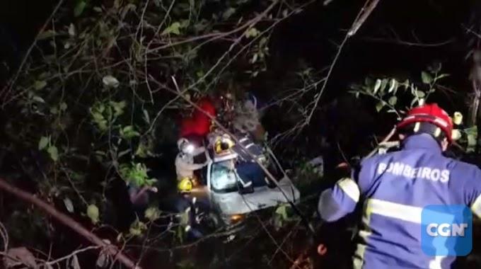 Cascavel: Jeep Renegade capota na PR-180 e cai dentro de rio