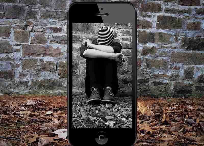 """Um adolescente de 16 anos cometeu suicídio, após ter sido alvo de homofobia na internet. A mãe, em um relato emocionante, afirmou: """"Peço que vigiem, porque essa internet está doente"""". Embora especialistas apontem que não é correto estabelecer uma única causa para um suicídio – que tem múltiplos fatores –, eles ponderam que comentários negativos nas redes sociais podem ser um gatilho."""