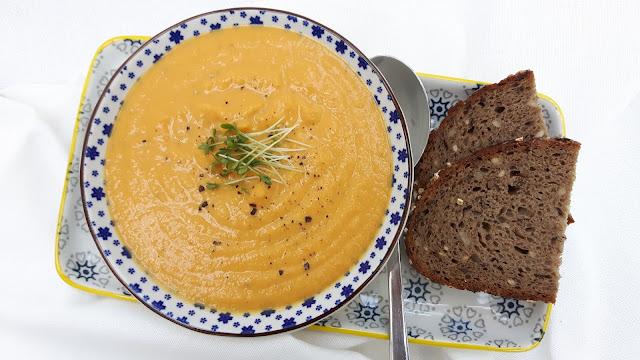 cremige Suppe mit roten Linsen und Karotten