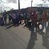 Grupo protesta e bloqueia parcialmente via da BR-324 em Salvador