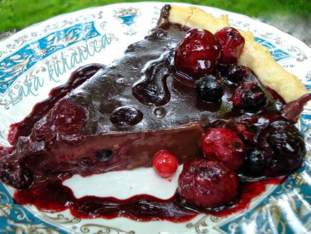 Wild berry and dark chocolate pie by Laka kuharica: this simple and easy pie is a decadent dessert.