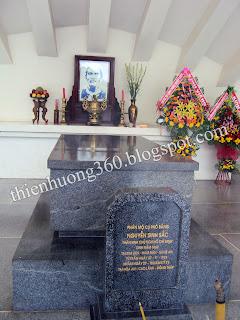 Bia mộ của cụ cũng được làm bằng đá hoa cương giống như phần mộ