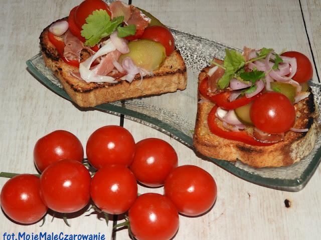 Bruschetta z prosciutto, ogórkiem kiszonym i pomidorkami cherry - CZYTAJ DALEJ