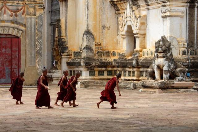 Khuôn viên của Ananda chừng 90m cho mỗi chiều, có hàng rào bao quanh, ngoài khu đền chính, trong sân còn có các đền nhỏ, cây bồ đề và đặc biệt là tu viện có tên là Ananda Oak Kyaung hoặc tu viện gạch Ananda. Tu viện được xây dựng vào khoảng năm 1137 bằng gạch đỏ, bức tường có hình vẽ mô tả cuộc đời của Đức Phật.     Một điều khá thú vị là ngôi đền Ananda nằm rất gần với cổng Tharabha là cổng duy nhất còn sót lại của thành phố cổ Bagan (trước đây gọi là Pagan). Tharabha là một trong 12 cổng vào Bagan được xây dựng bởi vua Pyinbya, vào năm 849 sau Công nguyên, nhiều hình khắc vẫn còn trên cánh cổng này mà bạn có thể nhìn thấy ngay khi bước ra khỏi ngôi đền Ananda.
