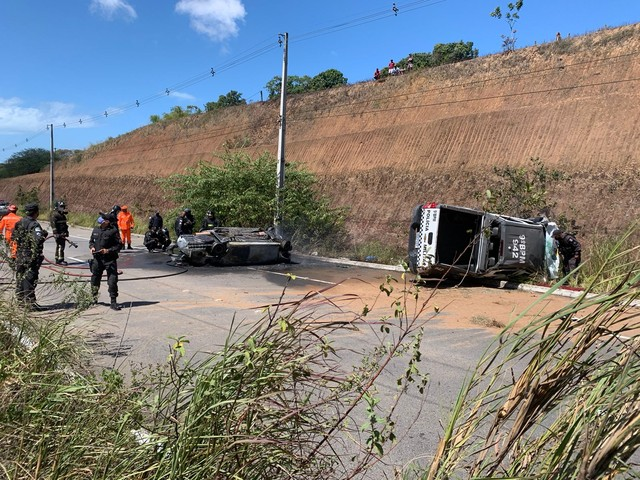 Viatura da PM e carro roubado caem de penhasco durante perseguição; suspeito de assalto e refém morrem carbonizados