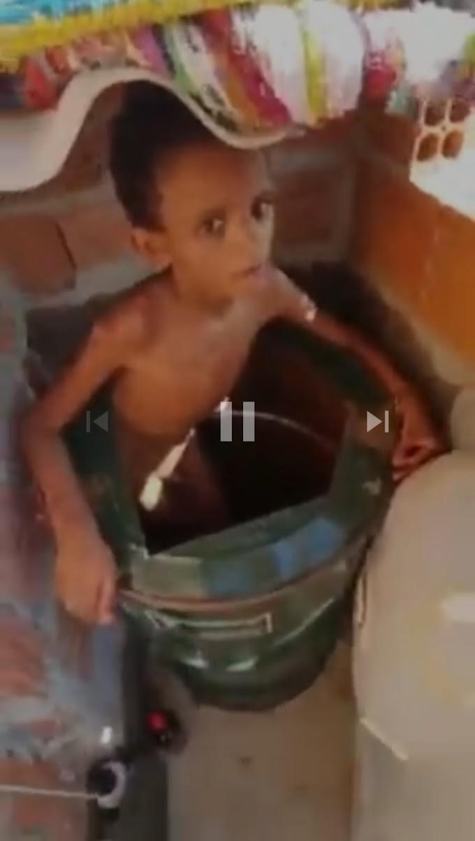TORTURA - Menino de 11 anos era mantido acorrentado dentro de um tambor e se alimentava da própria fezes para sobreviver