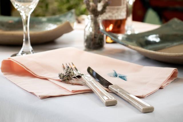 Guardanapo sobre a mesa com talheres ao lado