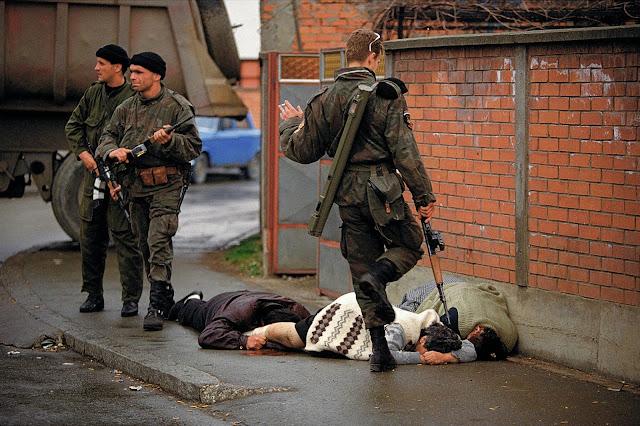 Srebrenitsa Katliamı: Sırp askerleri savunmasız sivil Boşnakları vuruyor...