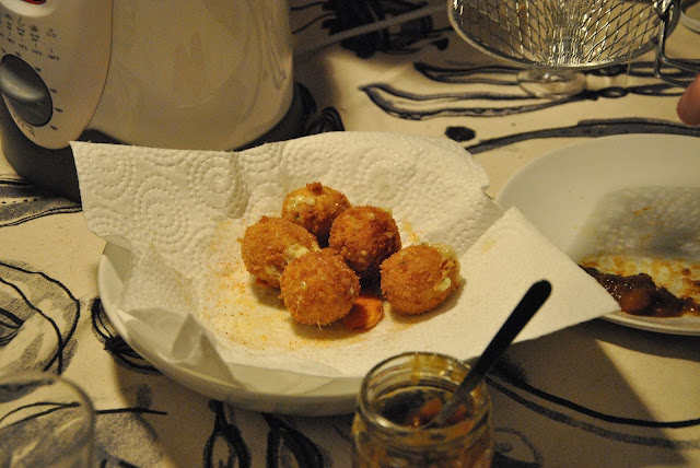 Cheddar And Sour Cream Cheese Bites beim Abtropfen