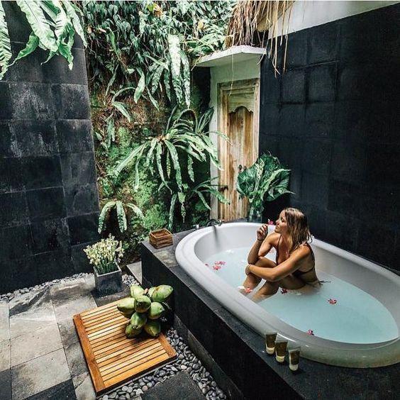 อ่างอาบน้ำตกแต่งรอบๆด้วยธรรมชาติ