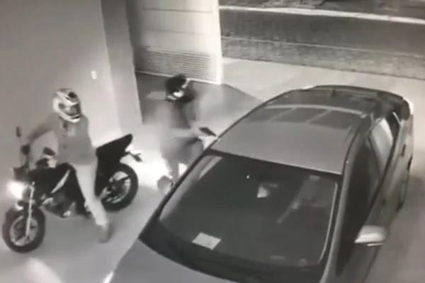 Vídeo. Ladrões invadem garagem e tentam atirar na cabeça de mulher