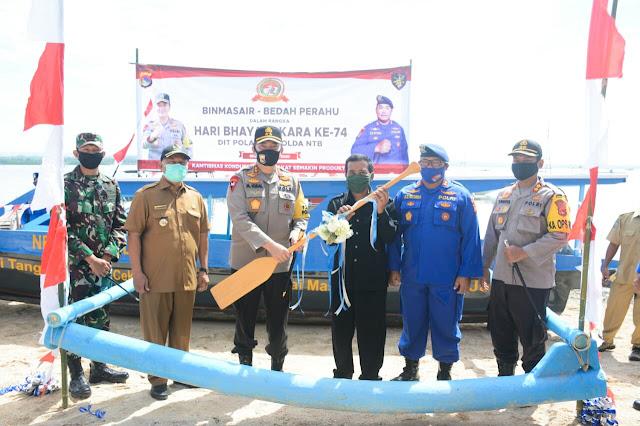 HUT Bhayangkara Ke-74, Kapolda NTB Sumbang Perahu di Kecamatan Jerowaru