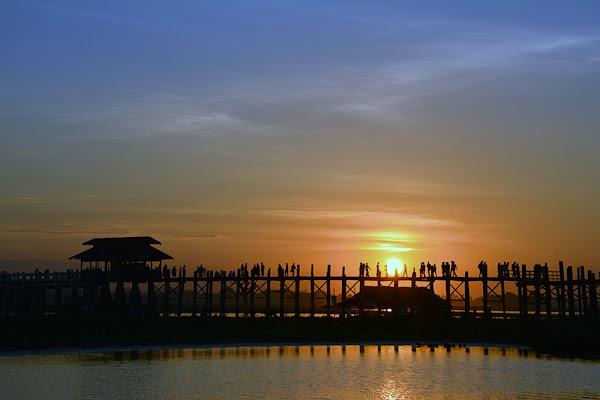 Puesta de sol sobre el puente de madera U-Bein