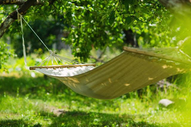 hang an outdoor hаmmосk