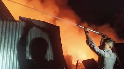 Personil Polda Sulut Ikut Padamkan Kebakaran Di Pasar Perum Paniki